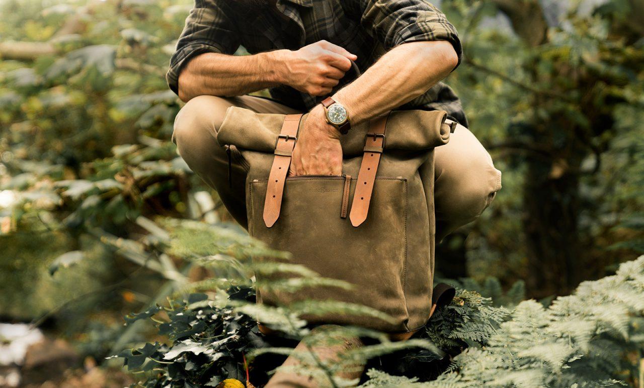 Beau sac à dos cuir pour homme dans la jungle.