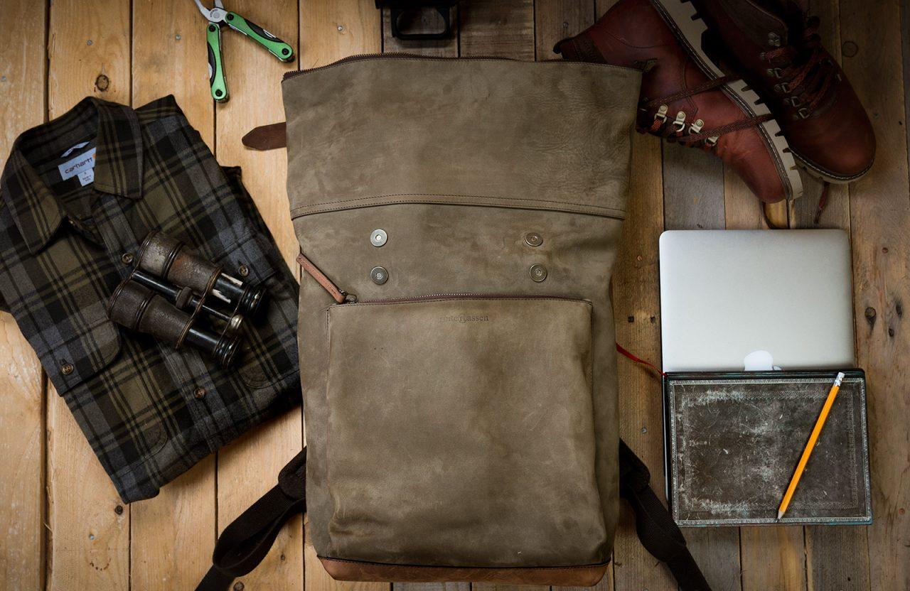 Grand sac à dos cuir souple ouvert.