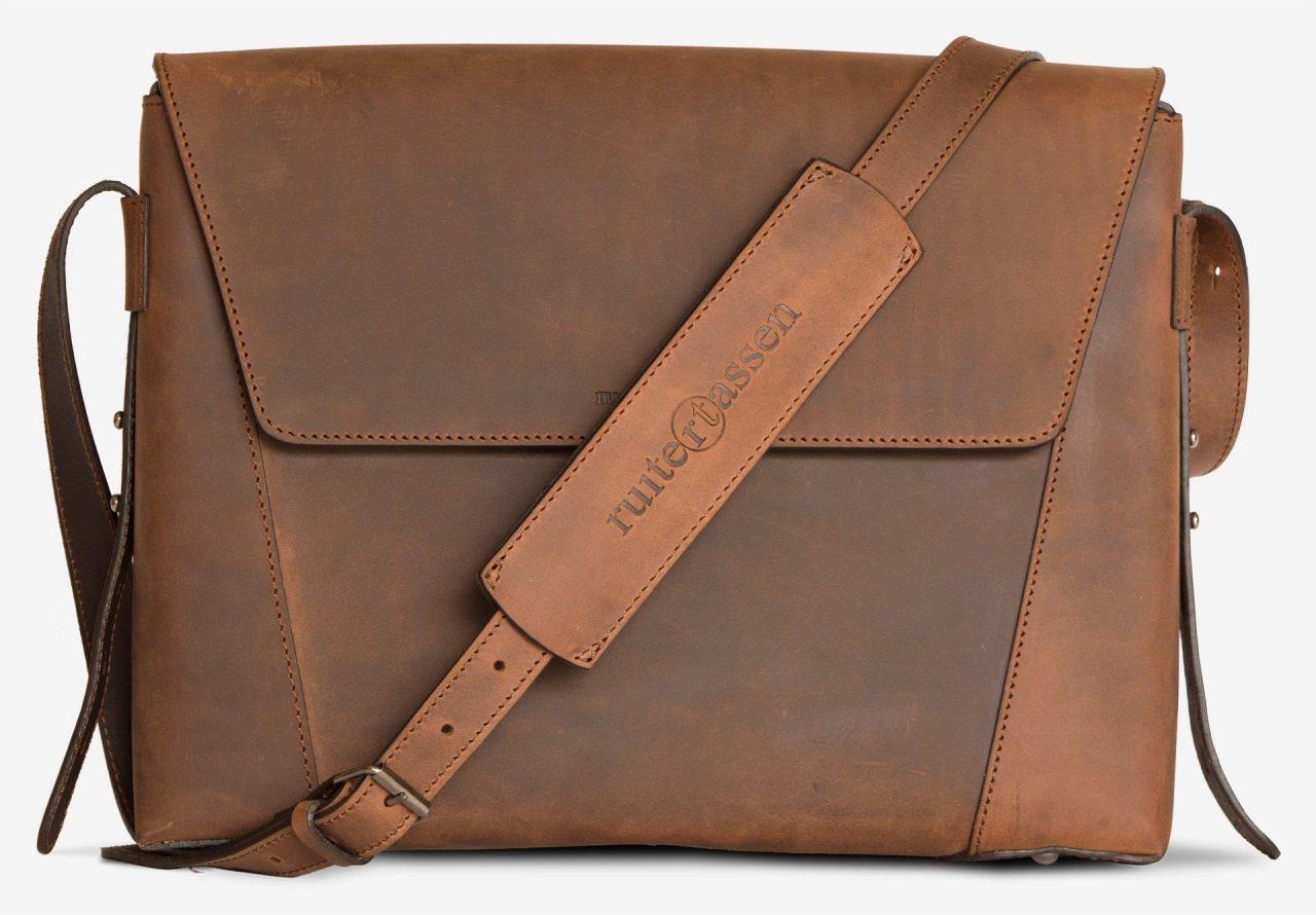 Serviette cuir artisanale marron.