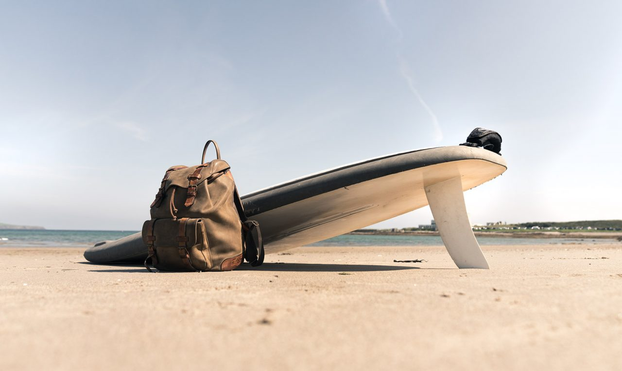 Sac à dos cuir souple sur la plage.