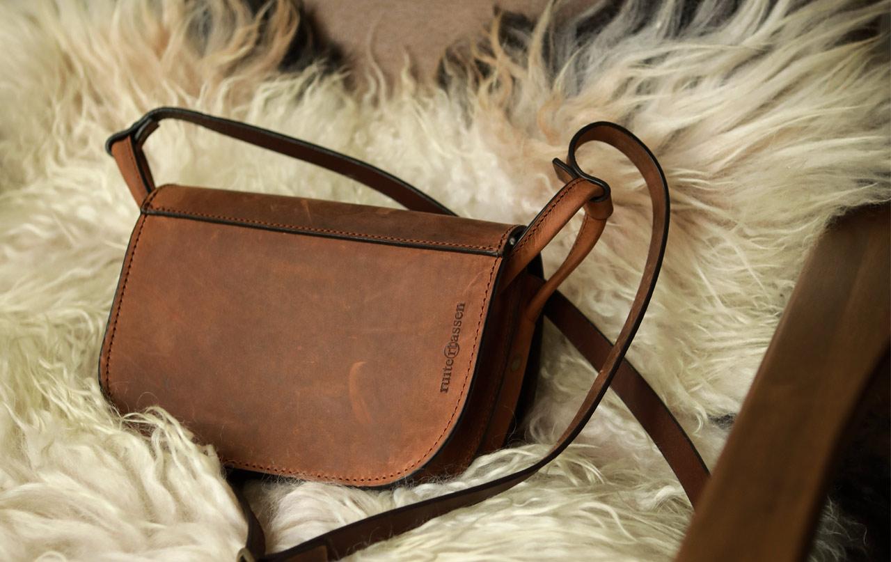 Beau sac bandoulière en cuir vintage pour femme.