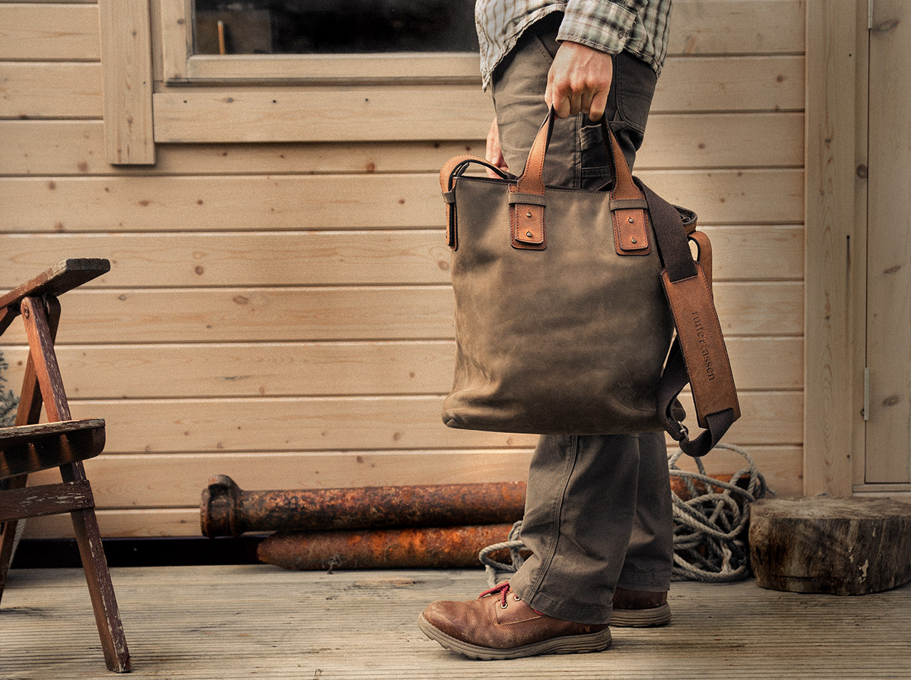 Beau sac cabas en cuir souple pour homme.