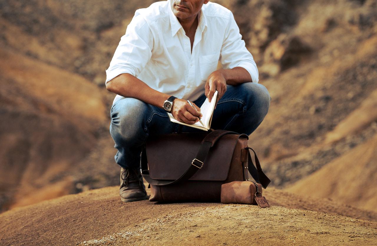 Homme avec serviette cuir marron.