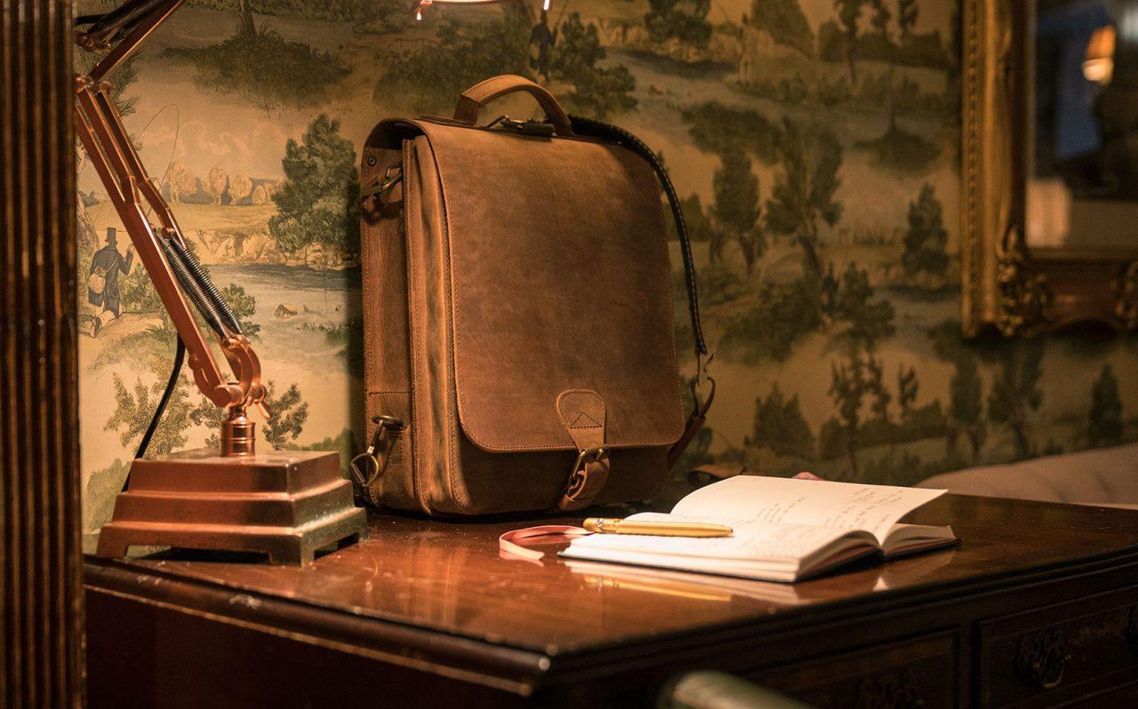 Beau sac en cuir d'écrivain sur bureau.