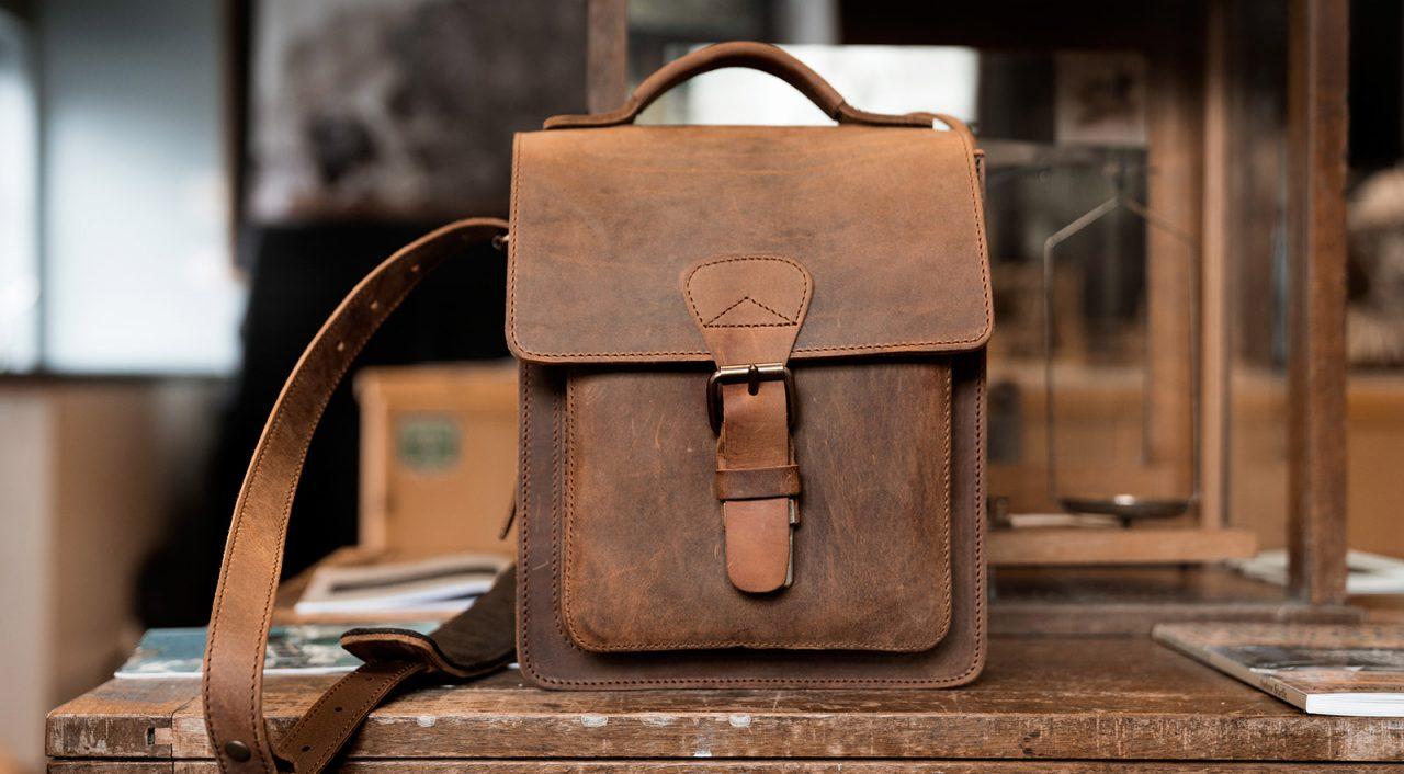 Sacoche artisanale en cuir marron.