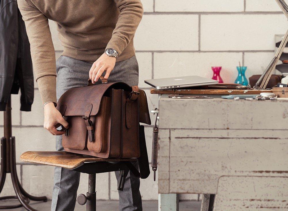 Cartable enseignant en cuir marron pour homme.