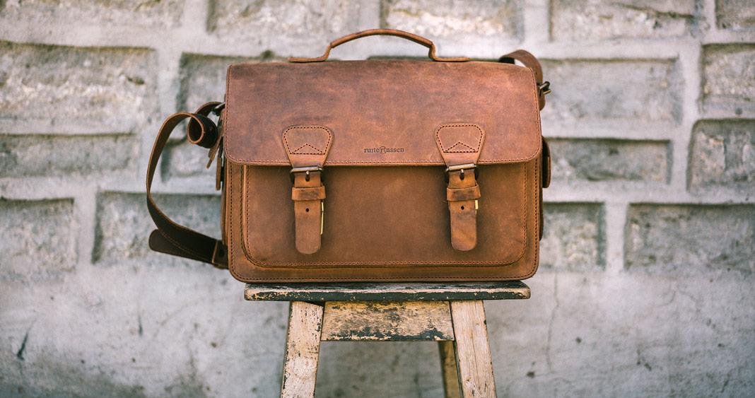 Meilleur sac photo cuir posé sur un banc.