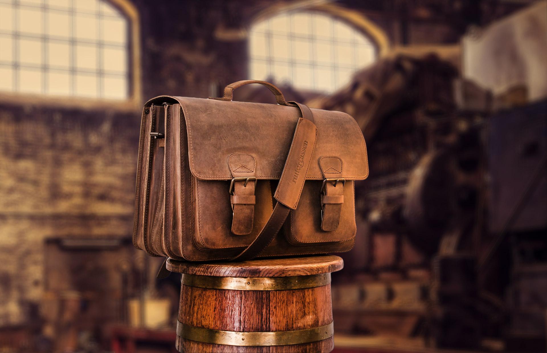 Cartable artisanal en cuir dans un atelier.