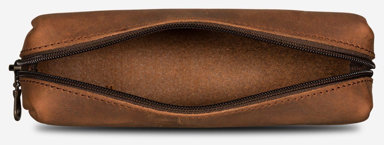 Trousse en cuir marron intérieur.