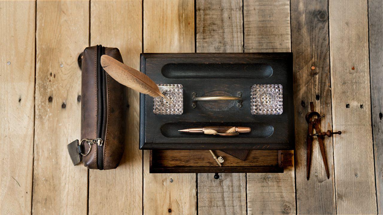 Trousse en cuir Ruitertassen avec accessoires d'écriture.