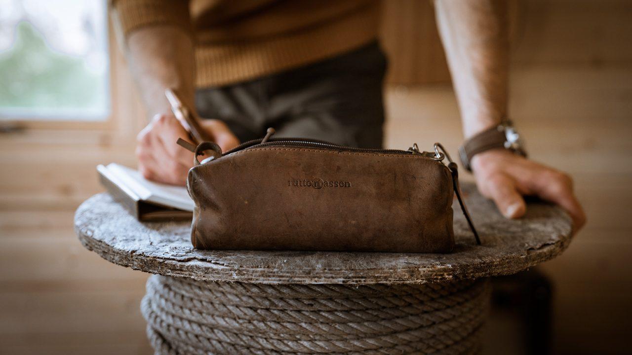 Trousse cuir marron avec patine naturelle.