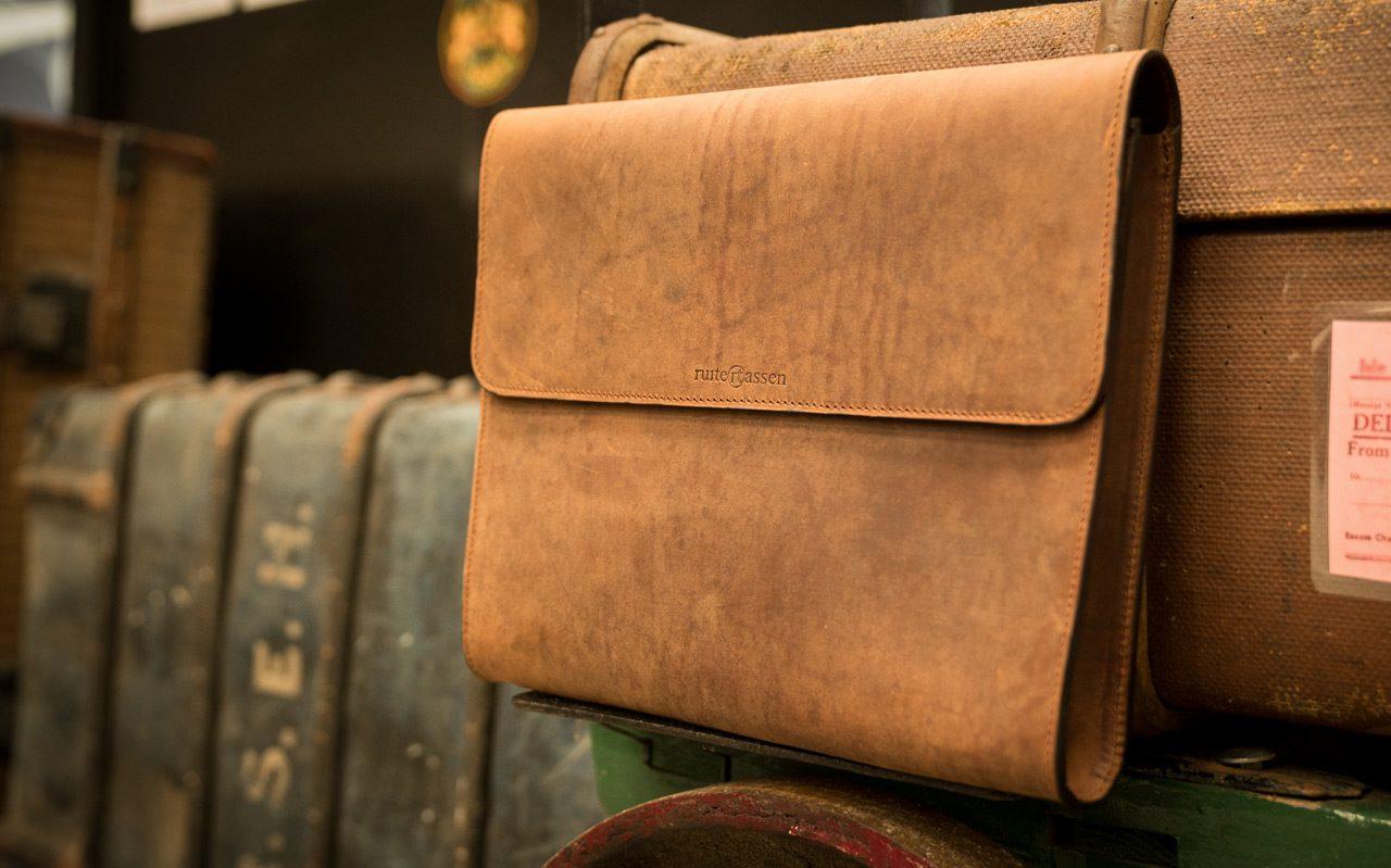 Pochette cuir artisanale marron.