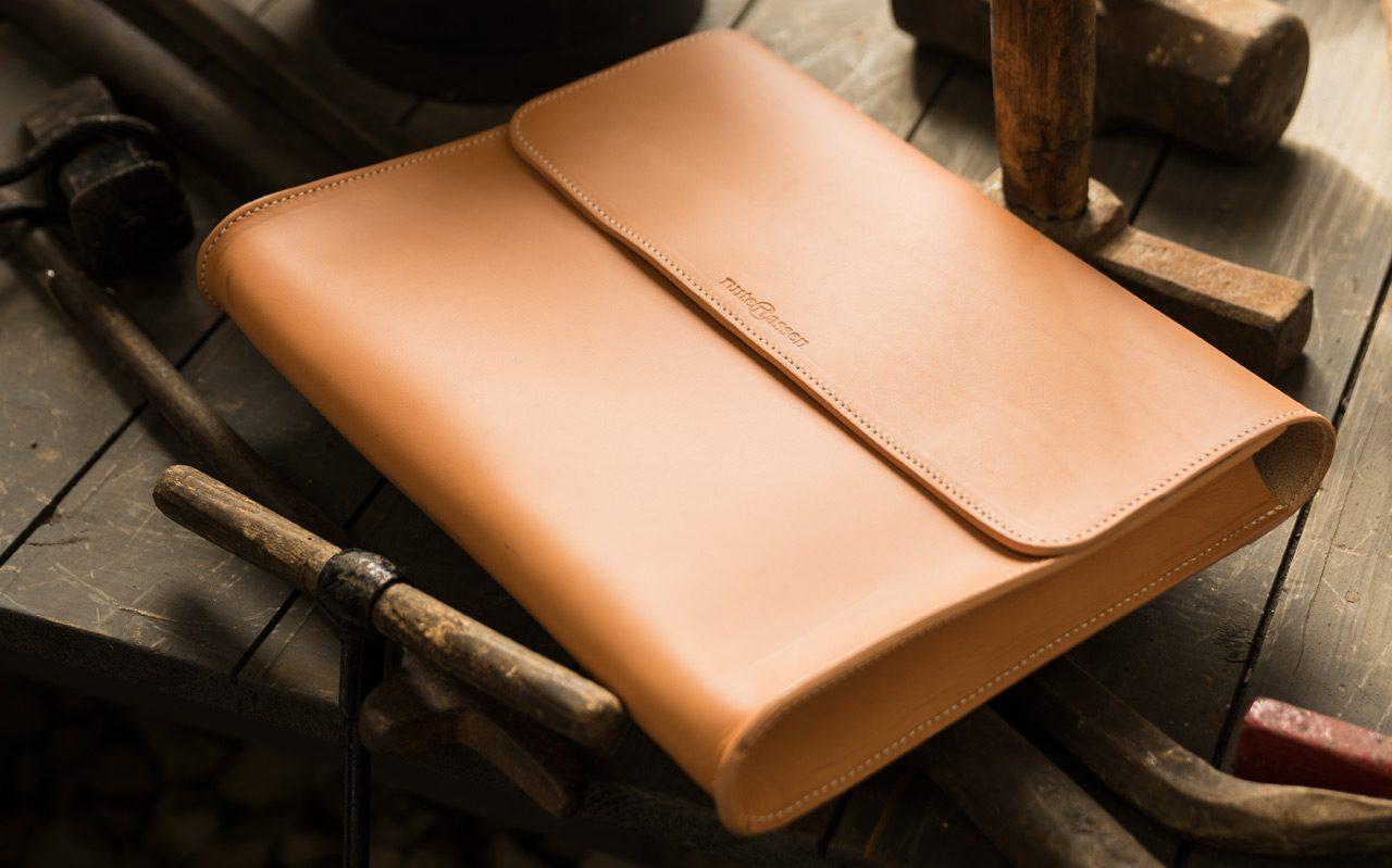 Pochette en cuir naturel dans un atelier.