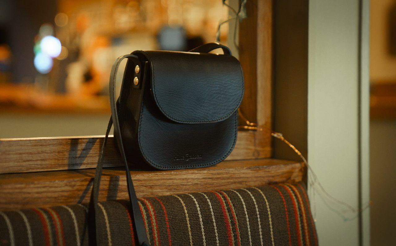 petit sac en cuir noir dans un café.