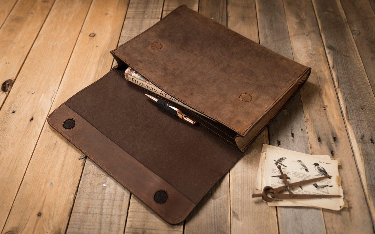 Pochette en cuir avec porte stylo.