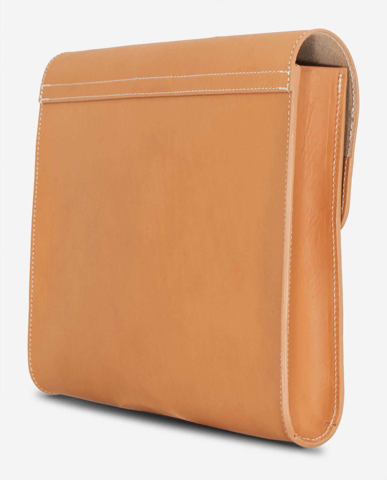 Pochette artisanale en cuir beige de dos.