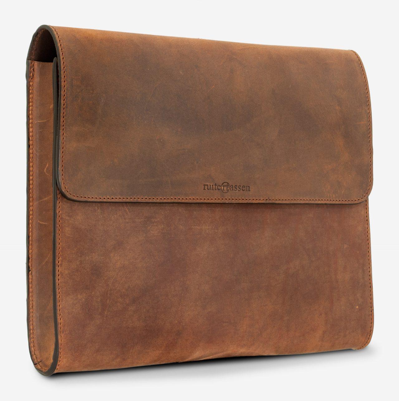 Pochette en cuir marron artisanale de face.