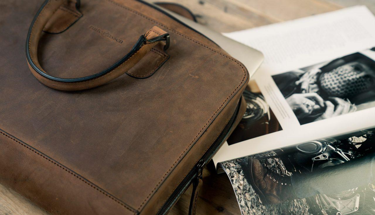 Beau sac professionnel en cuir marron.