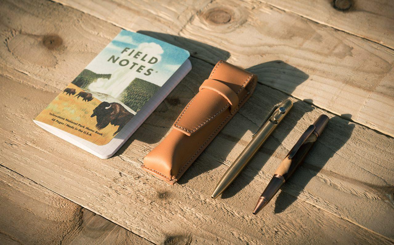 Étui à stylos en cuir artisanal.