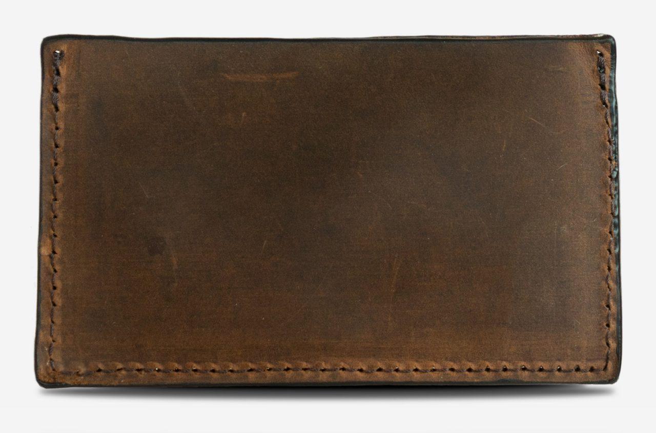 Porte-cartes en cuir marron de dos.