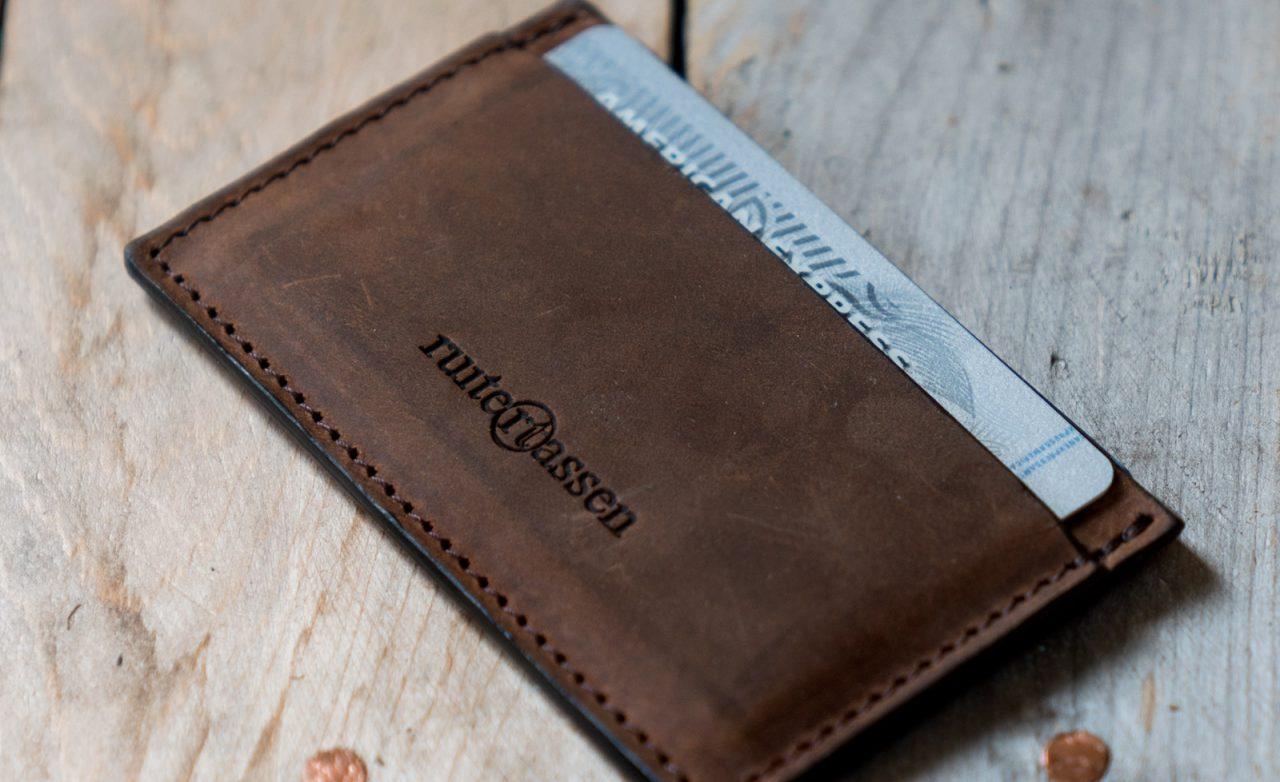 Porte-cartes artisanal en cuir marron.