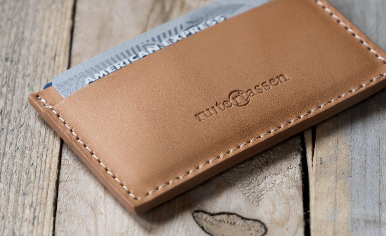 Porte-carte en cuir artisanal de près.