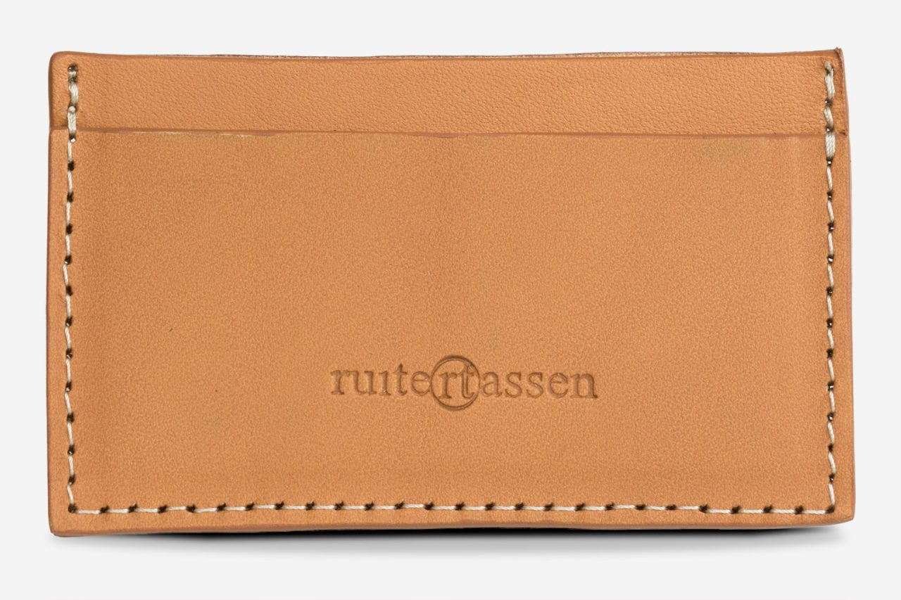 Porte-cartes cuir beige de face.