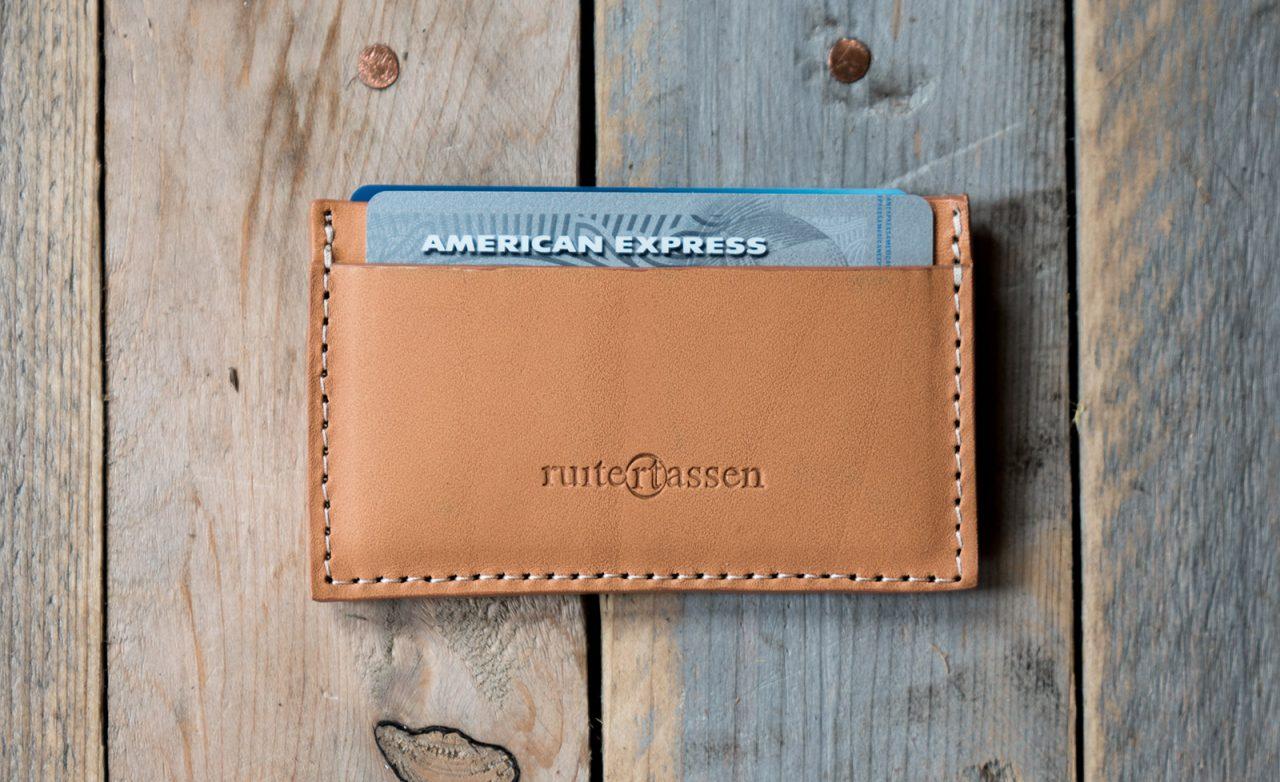 Porte-cartes en cuir beige.