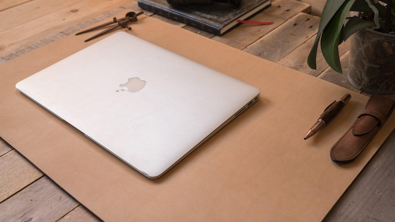 Sous-main cuir avec ordinateur macbook.