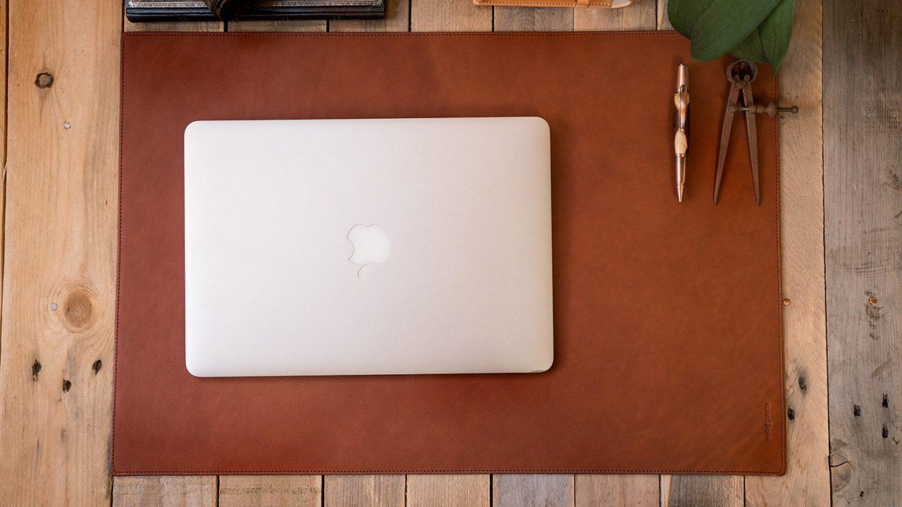 Macbook posé sur sous-main cuir.