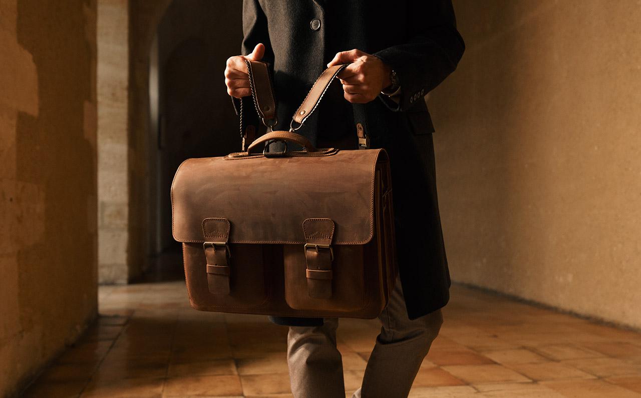 Beau sac cartable cuir marron pour homme avec bretelles.
