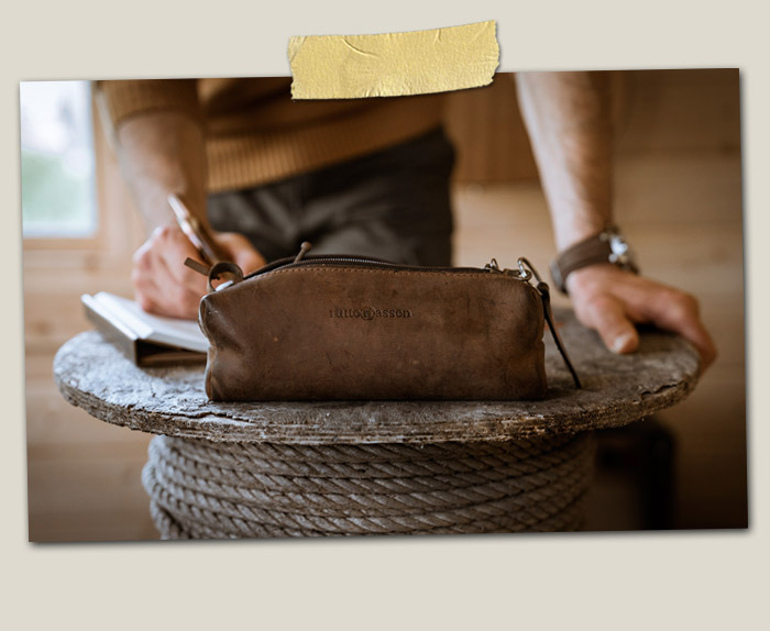 Grande trousse en cuir marron faite main.
