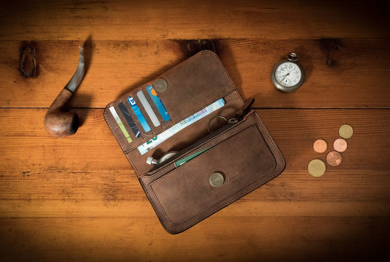 Portefeuille qui peut être porté sur la ceinture en cuir marron.