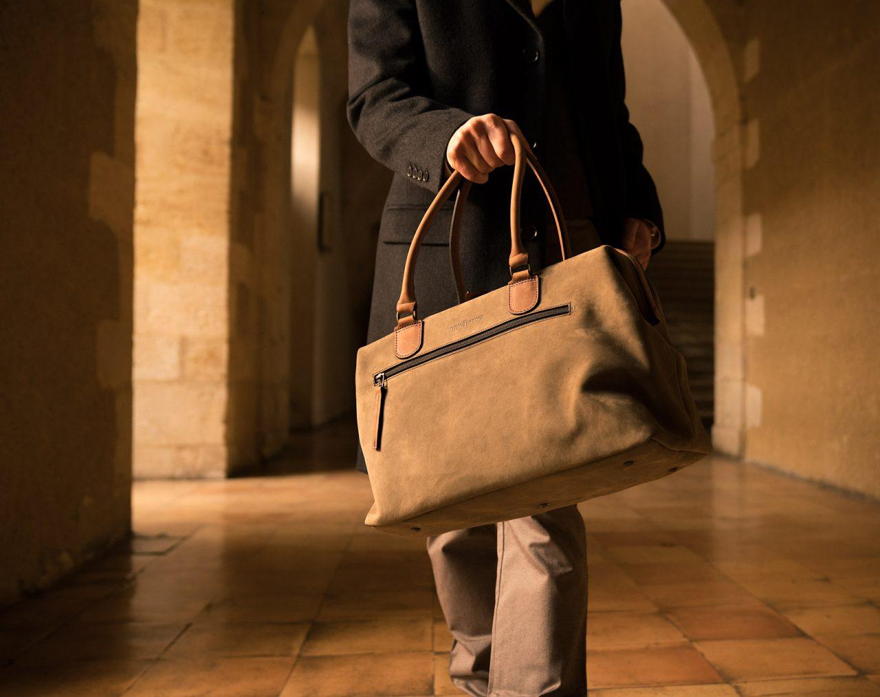Sac docteur cuir souple porté par un homme.