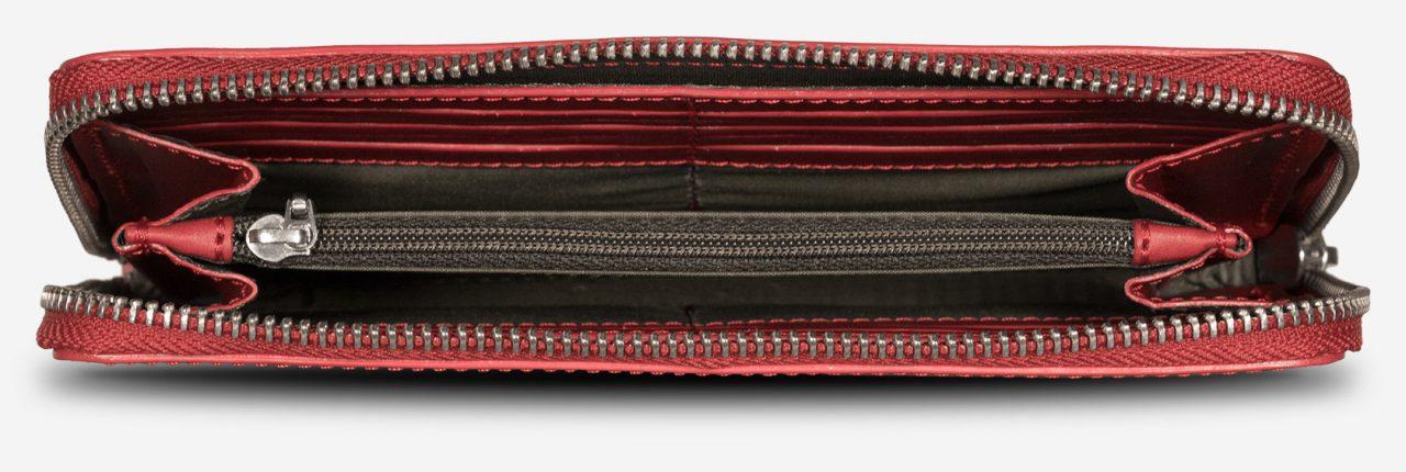 Long portefeuille cuir rouge idéal pour les voyages.