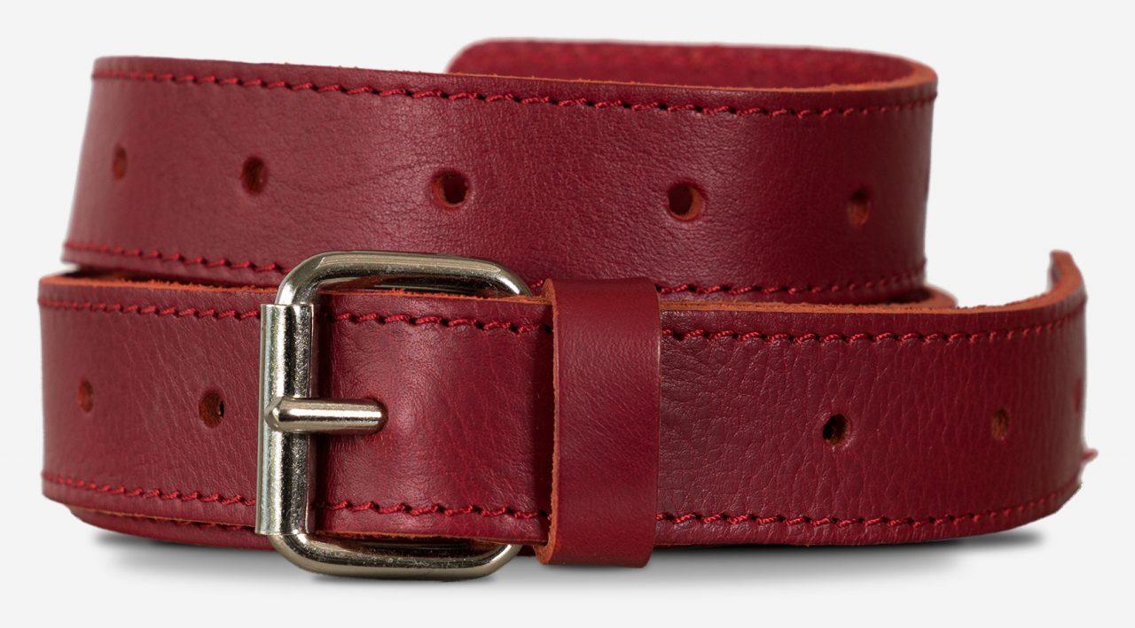 Bandoulière solide en cuir rouge avec boucle à aiguille.