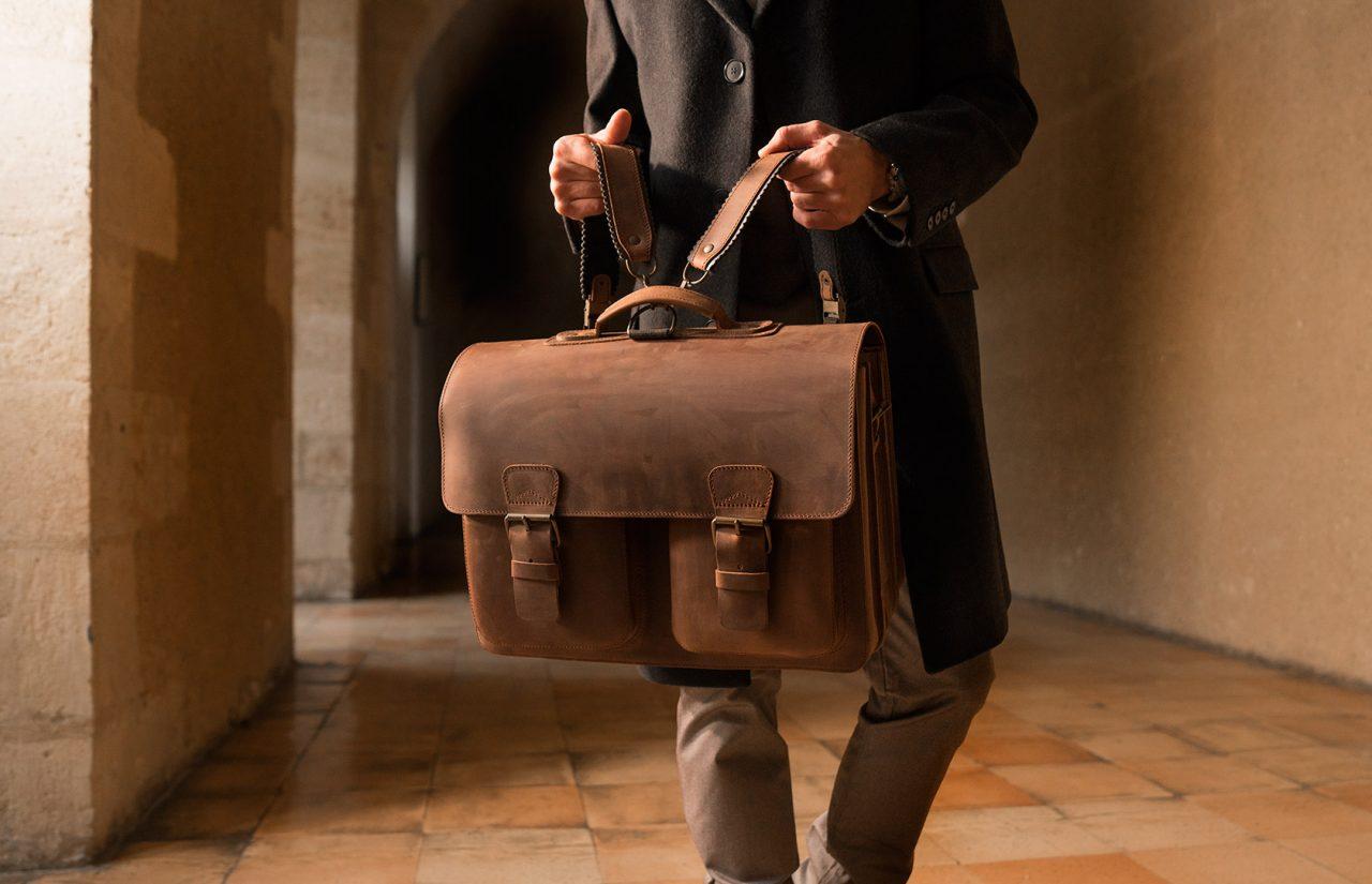 Cartable cuir vintage pour homme avec bretelles.