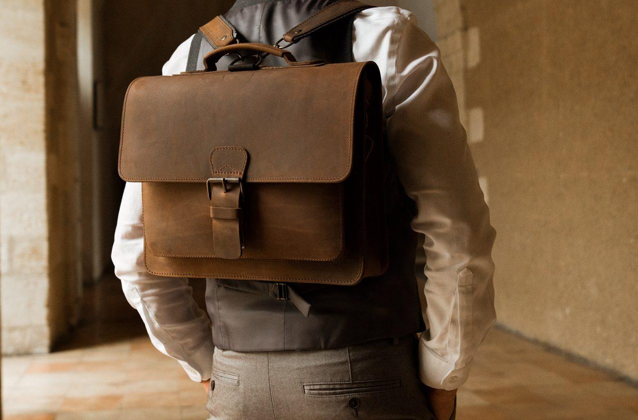 Cartable cuir vintage porté sur le dos pour homme.