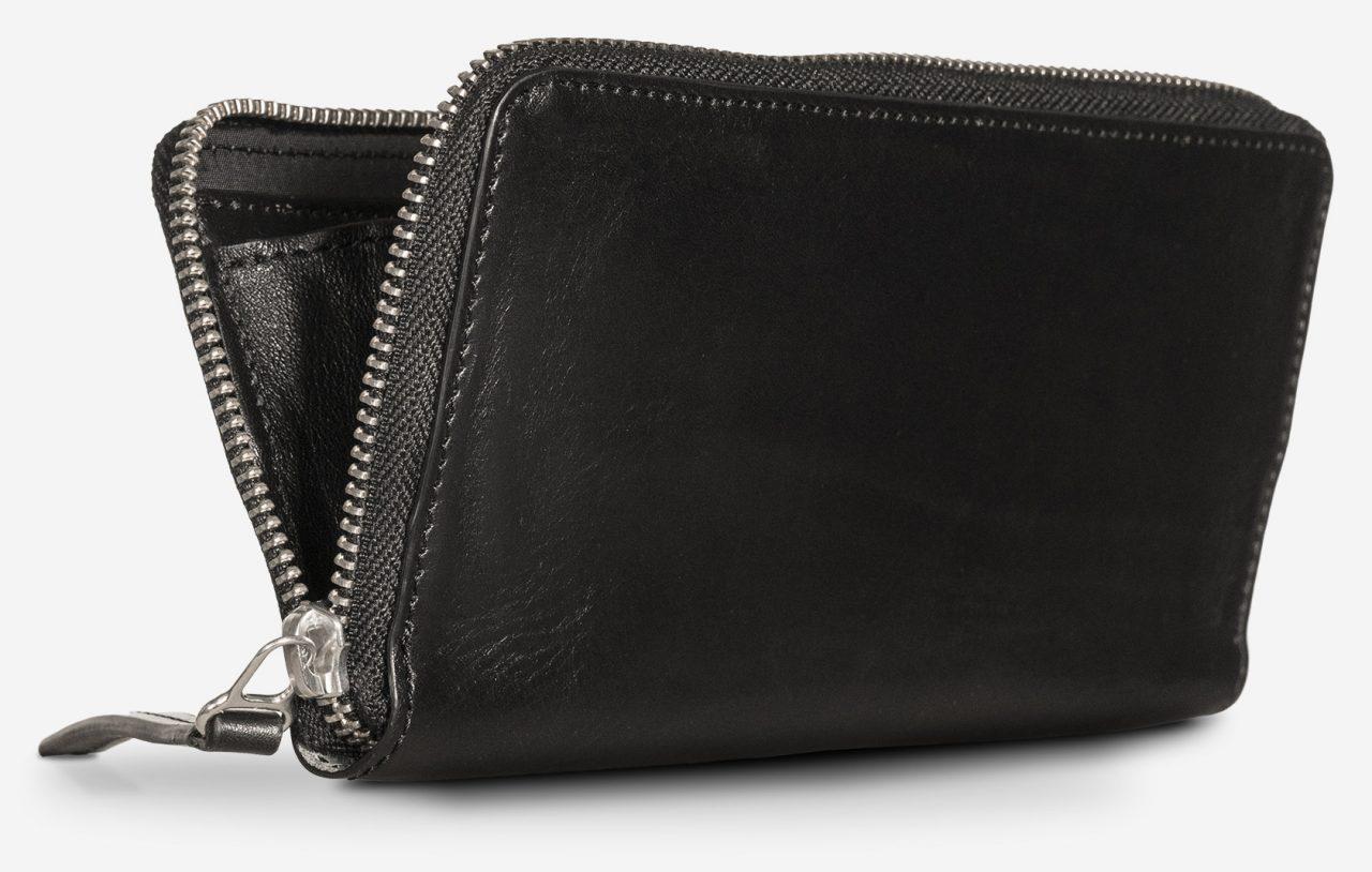 Long portefeuille en cuir noir artisanal.