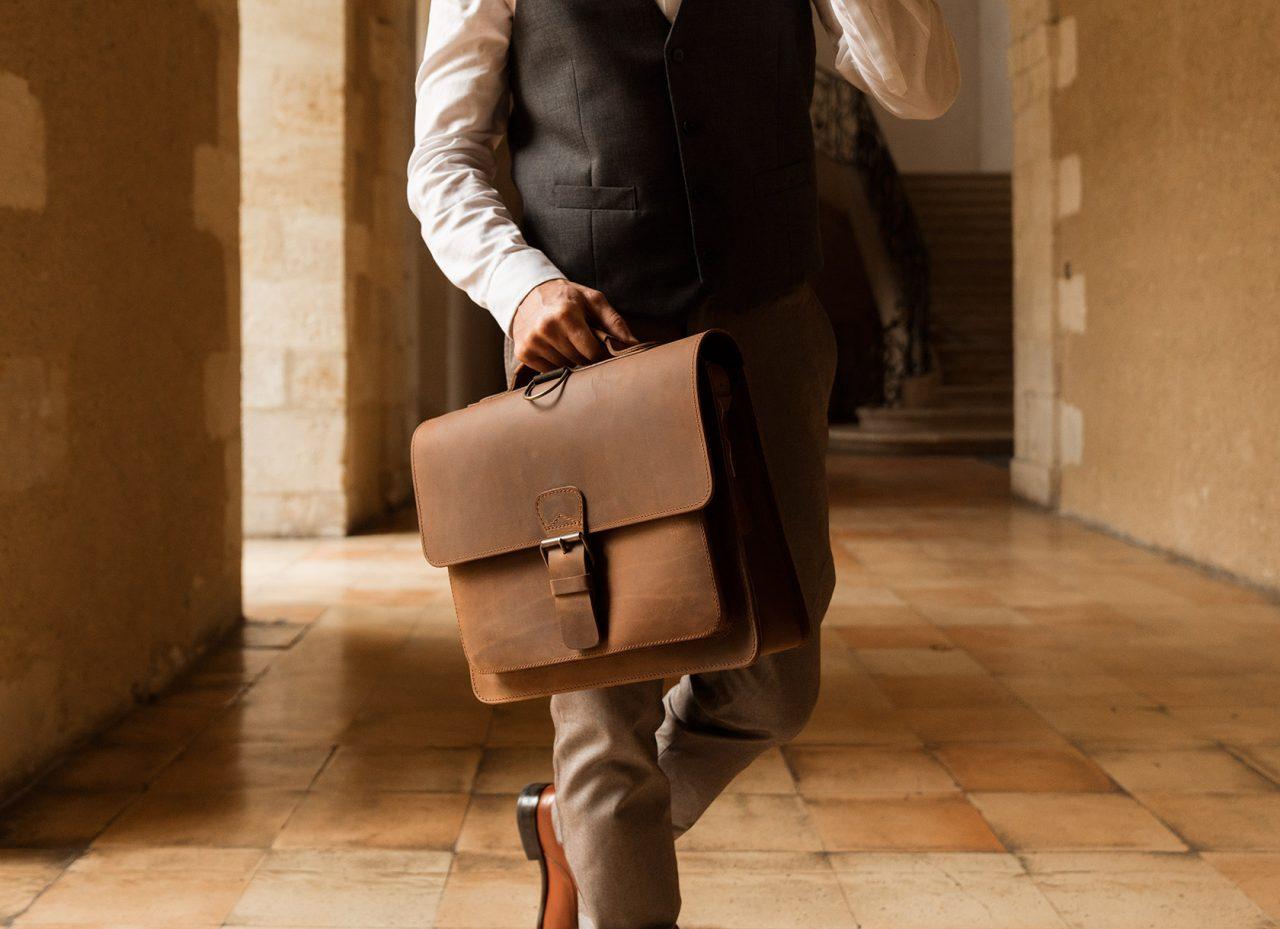 Sac cartable vintage en cuir pour homme.
