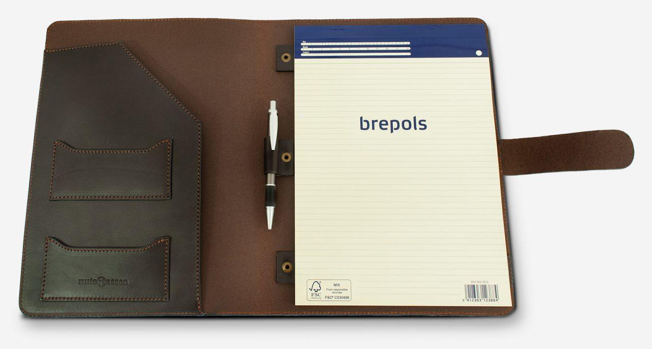 Conférencier cuir avec carnet et stylo.