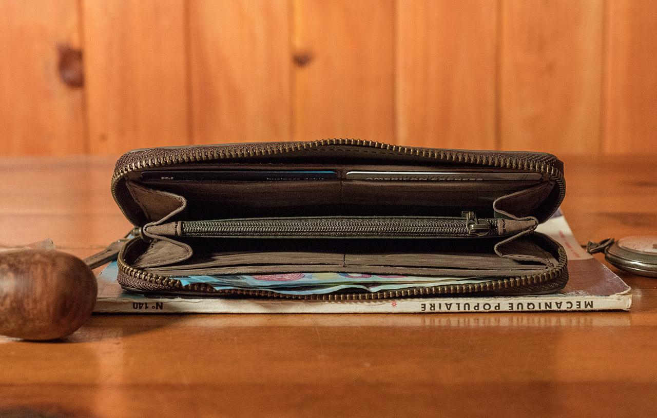 Grand portefeuille zippé pour homme.