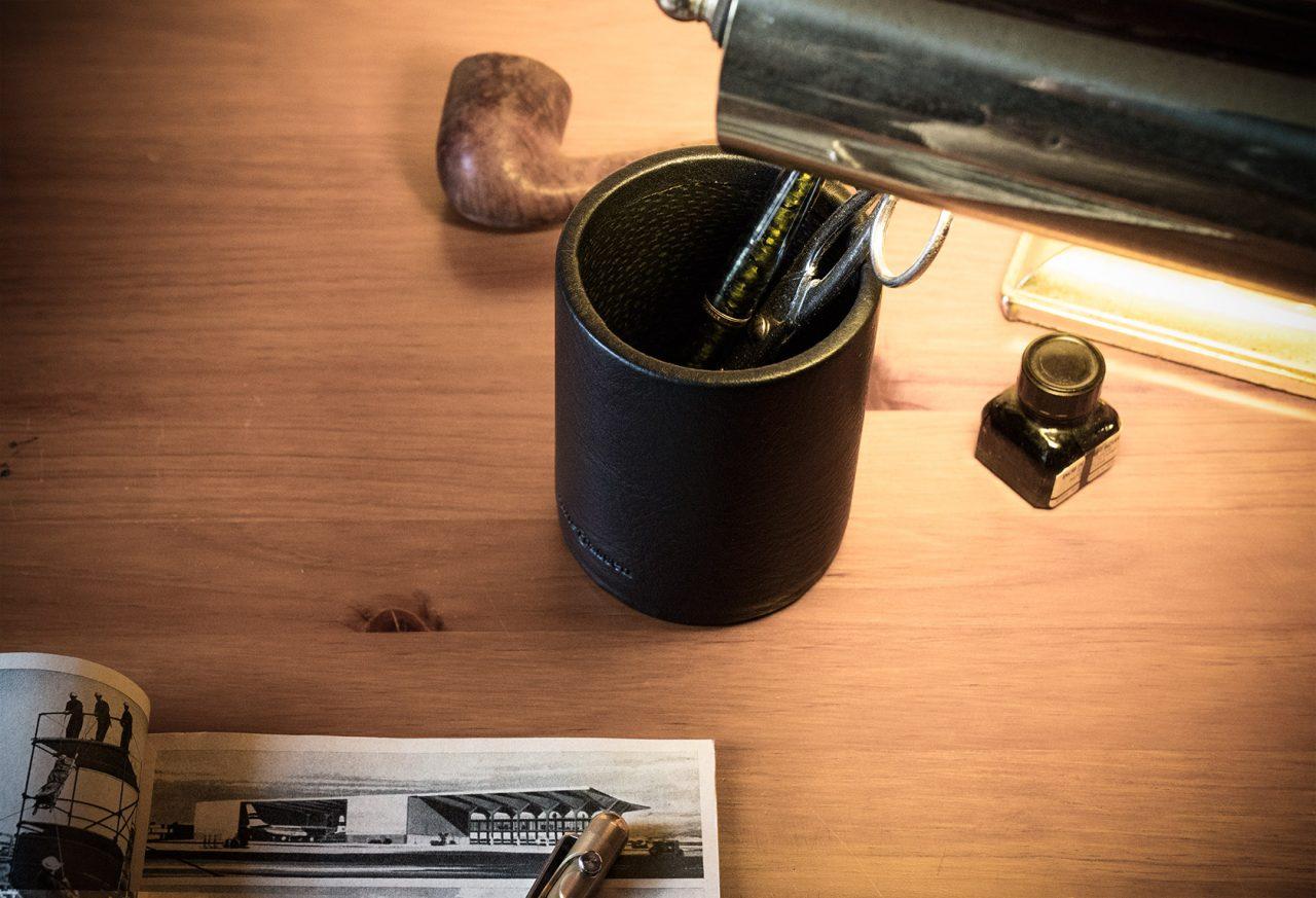 Pot à stylos design cuir noir.