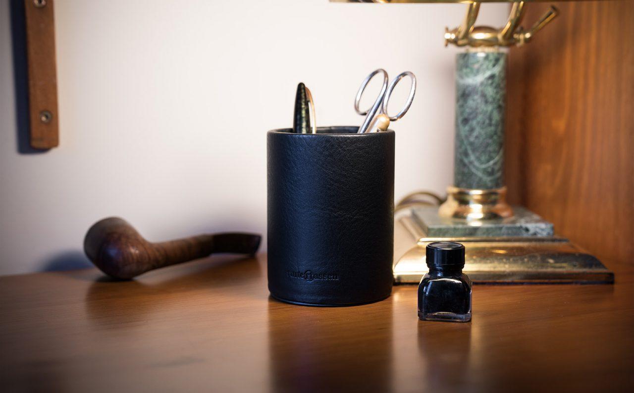 Pot à crayons design cuir noir.