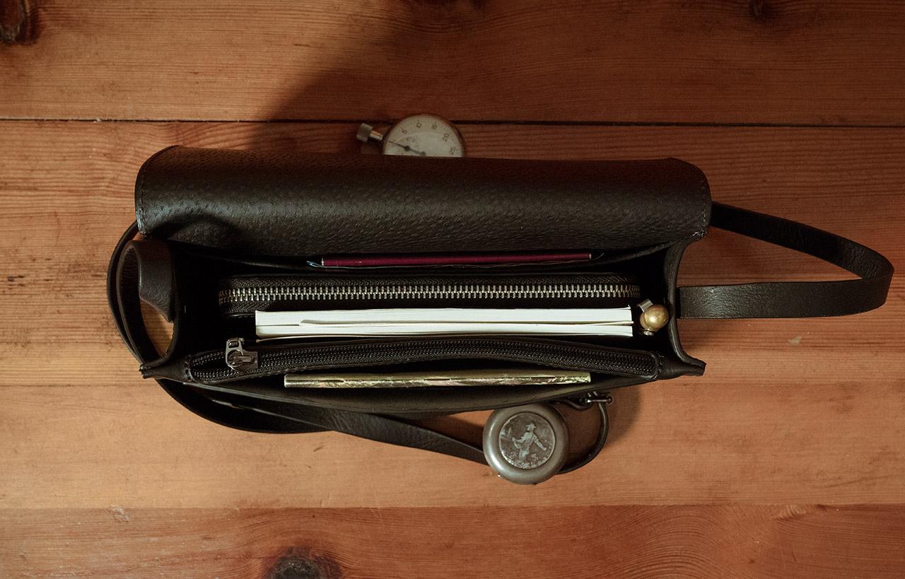 Petit sac cuir noir élégant compartiment portefeuille.