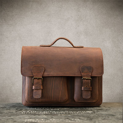 Cartable enseignant en cuir marron.