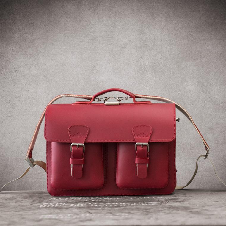 Cartable en cuir rouge pour femme.