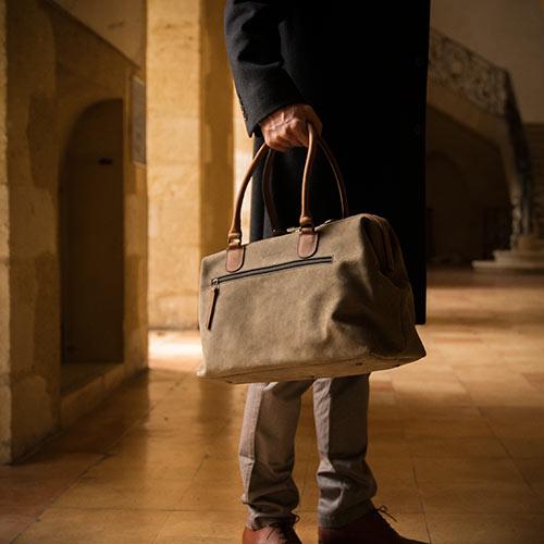 Homme avec sac docteur en cuir souple.