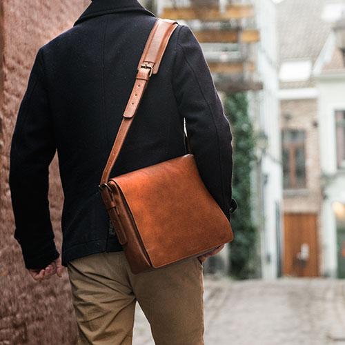 Homme avec sacoche de travail en cuir.