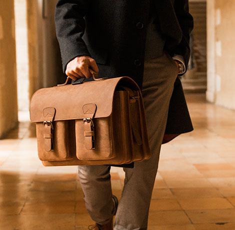 Homme avec cartable en cuir vintage marron.
